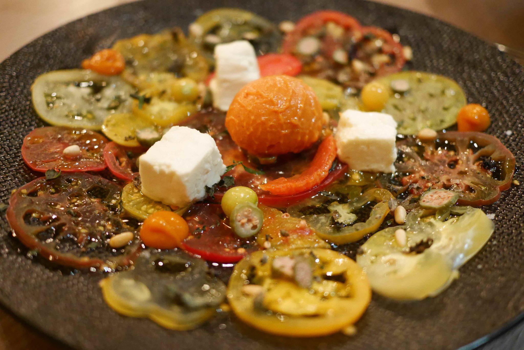 Carpaccio de tomates Bio de Mr Pierre Gayet, féta rôtie, herbes aromatiques, pignons et sorbet.