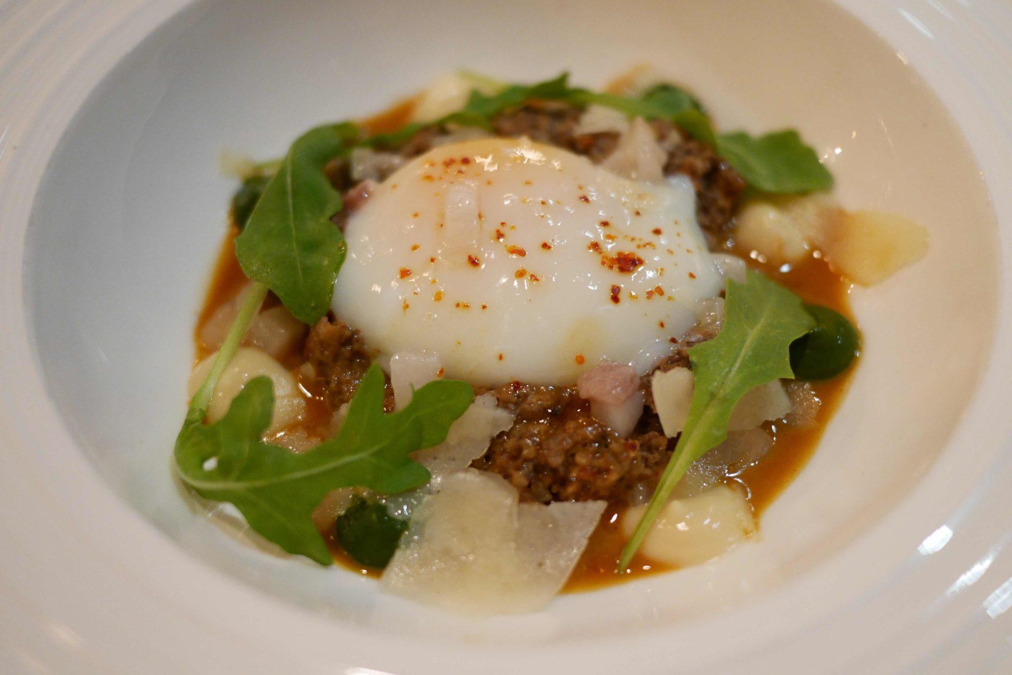 Œuf parfait, champignons, cacahuètes et lard di colonnata, ail doux et persil en coulis.